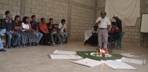 Leopoldo compartió y discutió con los y las jóvenes sobre la cosmovisión de los pueblos mayas y originarios, cómo ha servido de guía para vivir en armonía con la Madre Tierra, cómo pervive hoy, cómo peligra y porqué.
